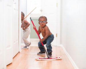 Så lär du ditt barn att städa i tidig ålder